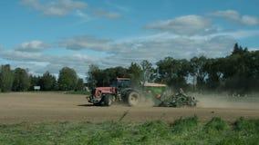 Semillas de la siembra del tractor agrícola y campo de la cultivación almacen de metraje de vídeo