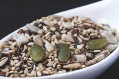 Semillas de sésamo al lado de diversas semillas de la fruta imagen de archivo libre de regalías