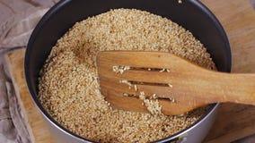 Semillas de sésamo en el cuenco de madera rústico que gira el fondo de la harpillera HD almacen de metraje de vídeo