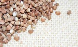 Semillas del alforfón en fondo/textura de lino naturales fotos de archivo libres de regalías