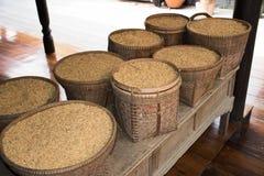 Semillas del arroz de arroz en cestas Imagenes de archivo