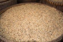 Semillas del arroz de arroz en la cesta Fotografía de archivo