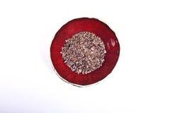 Semillas del cacao en un cuenco rojo Imágenes de archivo libres de regalías