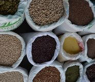 Semillas en sacos grandes en el mercado Foto de archivo libre de regalías