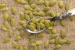 Semillas o pipas de calabaza en una cuchara de postre fotografía de archivo