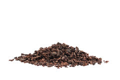 Semillas orgánicas crudas del cacao aisladas en blanco Fotografía de archivo