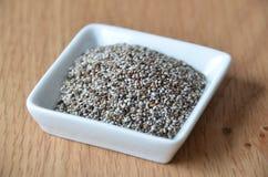 Semillas sanas del chia en blanco Alimento sin procesar Alimento biológico Fotografía de archivo