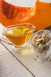 Semillas y aceite de calabaza Imagen de archivo libre de regalías