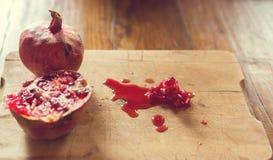 Semillas y jugo de la granada Imagen de archivo libre de regalías
