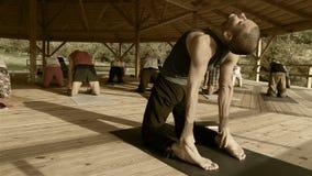Seminário de condução do professor masculino novo da ioga para um grupo de estagiários video estoque