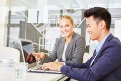 Seminário do computador usando o portátil no escritório imagens de stock