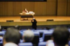 Seminários para muitos povos e homens de negócios no auditório principal a aprender sobre operações comerciais em linha e o  imagem de stock
