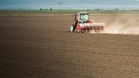Semina dei raccolti al campo Immagini Stock