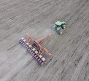 Semina del cereale Trattore con una seminatrice sul campo Facendo uso di un seme Immagini Stock Libere da Diritti