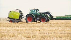 Semina del trattore agricolo e campo di coltivazione video d archivio
