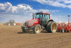 Semina del trattore e campo di coltivazione Fotografie Stock