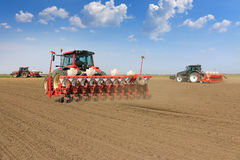 Semina del trattore e campo di coltivazione Fotografia Stock