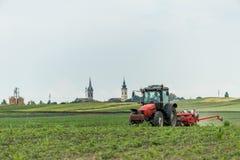 Semina dell'agricoltore, seminante i raccolti al campo Fotografie Stock