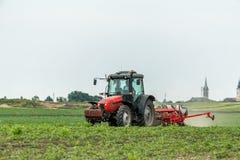 Semina dell'agricoltore, seminante i raccolti al campo Immagine Stock