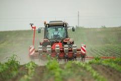 Semina dell'agricoltore, seminante i raccolti al campo Immagini Stock Libere da Diritti
