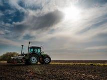 Semina dell'agricoltore, seminante i raccolti al campo Fotografia Stock