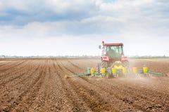 Semina dell'agricoltore, seminante i raccolti al campo La semina è il processo di piantatura dei semi nella terra come componente Fotografia Stock Libera da Diritti