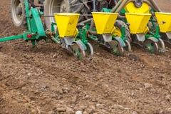 Semina dell'agricoltore, seminante i raccolti al campo La semina è il processo di piantatura dei semi nella terra come componente Immagini Stock