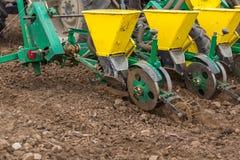 Semina dell'agricoltore, seminante i raccolti al campo La semina è il processo di piantatura dei semi nella terra come componente Fotografie Stock Libere da Diritti