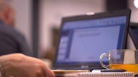Seminario del negocio Mujer que pulsa en el teclado de la computadora portátil A cámara lenta almacen de metraje de vídeo