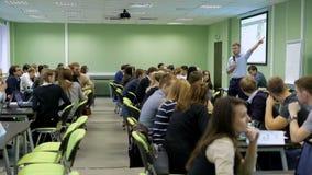 Seminario práctico en la audiencia de universidad Los estudiantes han recolectado para una conferencia al profesor de la economía metrajes