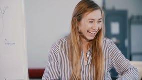 Seminario que habla, principal de la mujer de negocios acertada confiada adulta joven de la oficina de entrenamiento y preguntas  metrajes