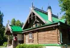 Seminarium med den sned träprydnaden i Museum-reserven Abramtsevo Byggnad var Royaltyfri Fotografi