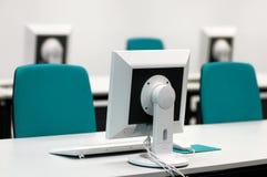 Seminarraum mit Bildschirmen lizenzfreie stockfotografie