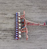 Seminatrice del cereale Semina sul campo con una seminatrice di cereale Fotografia Stock Libera da Diritti