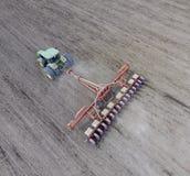 Seminatrice del cereale Semina sul campo con una seminatrice di cereale Immagini Stock Libere da Diritti
