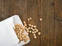 Semini i piselli, con il pacchetto, per la semina della molla Immagine Stock