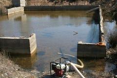Seminterrato di pompaggio dell'acqua Fotografie Stock
