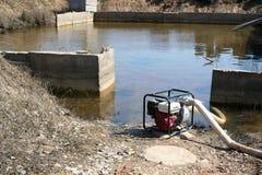 Seminterrato di pompaggio dell'acqua Fotografie Stock Libere da Diritti