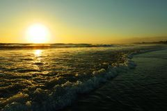 Seminyak双六海滩惊人的美好的海风景日落视图在印度尼西亚的巴厘岛 免版税图库摄影