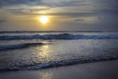 Seminyak双六海滩惊人的美好的海风景日落视图在印度尼西亚的巴厘岛 免版税库存图片