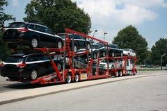 Semirimorchio che trasporta le nuove automobili Immagine Stock Libera da Diritti