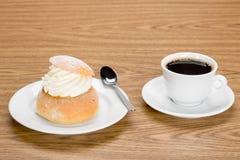 Semla z filiżanką kawy Fotografia Royalty Free