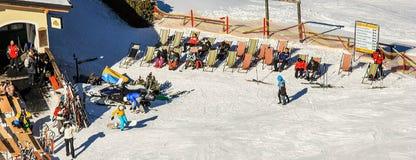 Semmering, Österreich im Winter Die Leute, die auf Schnee Ski fahren, umfassten Steigung in den österreichischen Alpen Gebirgsski stockfoto