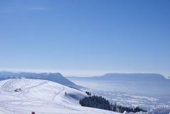 Semnoz skidar semesterortsikten som ser sydostlig från överkant Royaltyfri Fotografi