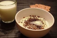 Semolina επιδόρπιο με το γάλα που εξυπηρετείται σε ένα κύπελλο στοκ εικόνες