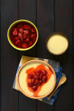 Semolina πουτίγκα με Compote φραουλών Στοκ Εικόνα