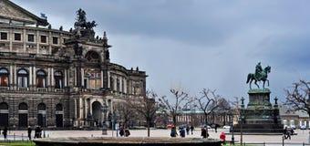 Semper歌剧院和纪念碑对约翰国王在德累斯顿 免版税图库摄影