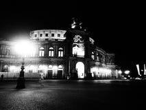 Semperoper Dresde, Tyskland som är svartvit arkivfoto