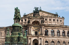 Semperoper och konung John av den Sachsen statyn Royaltyfri Foto