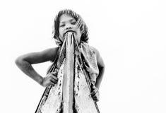 Semporna,马来西亚2015年6月:看下来从在沙巴Semporna,马来西亚的一条小船的Bajau女孩 免版税库存照片